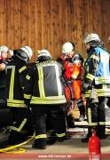 Zugänge werden geschaffen, ein Helfer steigt zu den Verletzten ins Fahrzeug