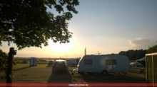 Sonnenuntergang über dem Campingplatz