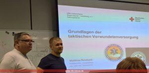 Zugführer Michael Hartmann (l) stellt Matthias Reinhard (r) vor